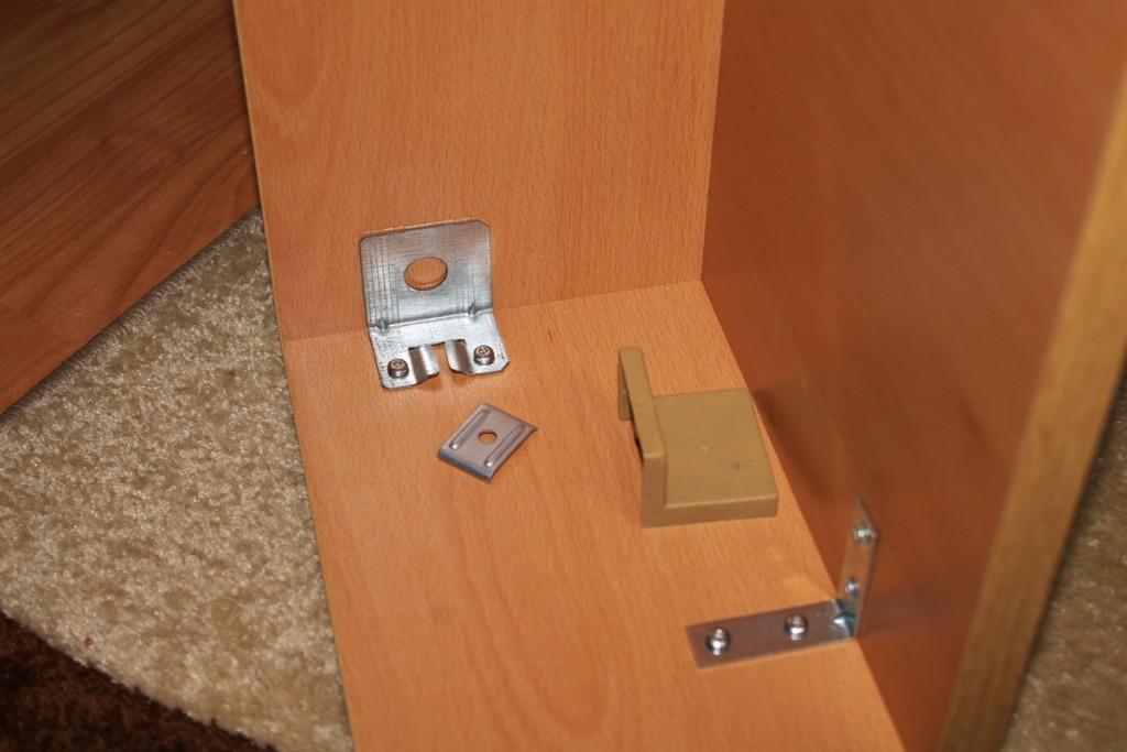 Закрепване на ъгловите скоби, за които се окачва етажерката за стефната