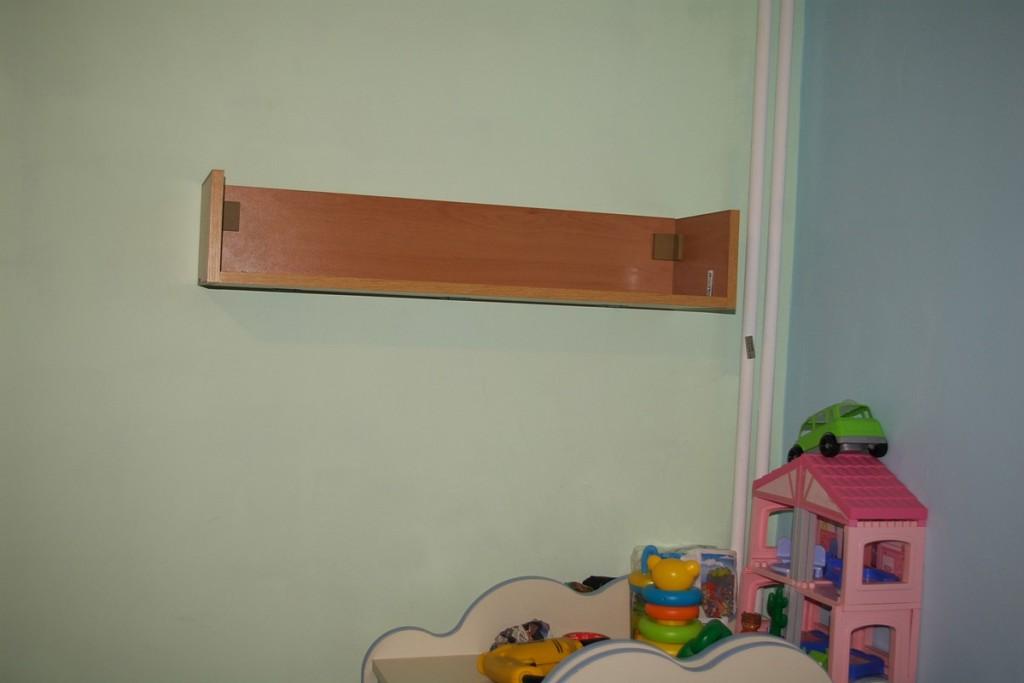 Окачена етажерка на стена