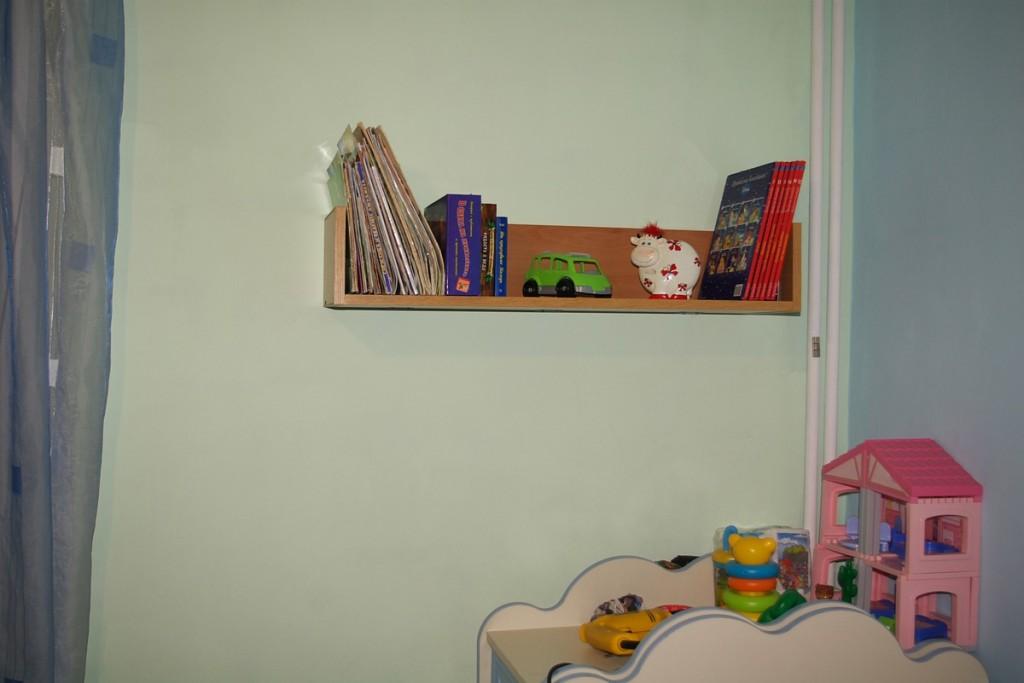 Етажерка за книги, окачена на стена