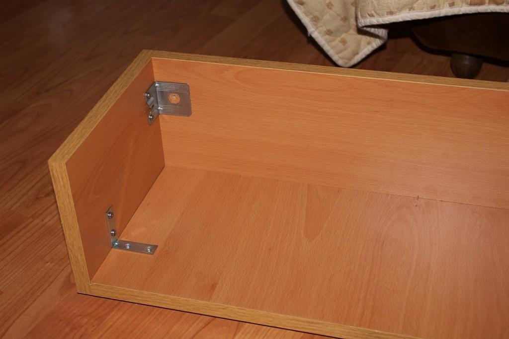 Монтиране на ъглите за окачване на шкафа за стената